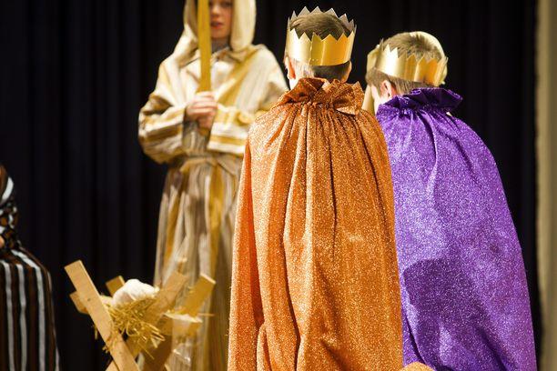 Oppilaat esittivät vuonna 2010 Tiernapojat-kuvaelman tamperelaisen Koiviston koulun joulujuhlassa.