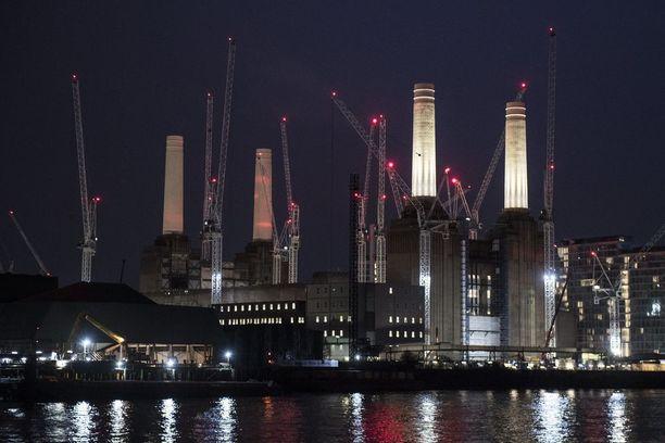 Entinen Battersean energiavoimala Lontoossa. Voimalaa muutetaan asuintaloiksi, toimistoiksi ja liikkeiksi.
