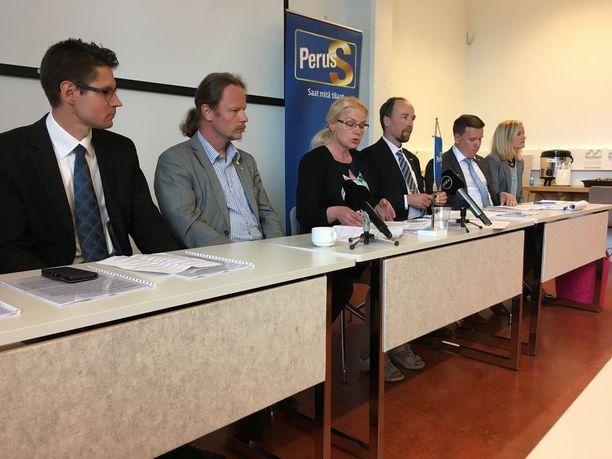 """Perussuomalaisten puheenjohtaja Jussi Halla-aho sanoi tiistaina, että puolueen johtaminen ei voi olla jatkossa """"yhden miehen show"""". Tiedotustilaisuudessa olikin läsnä kaikkiaan kuusi henkilöä."""