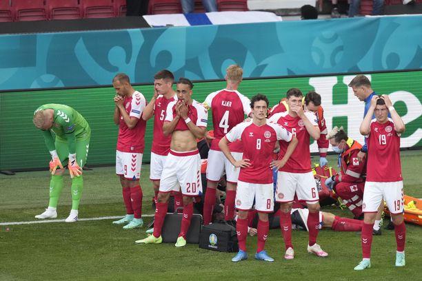 Tanskan pelaajat asettuivat Christian Eriksenin suojaksi.