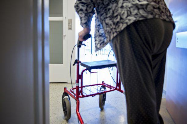 Poliisille tuttu parivaljakko varasti rollaattorilla liikkuvan vanhuksen käsilaukun terveyskeskuksen kahviosta. Kuvituskuva.