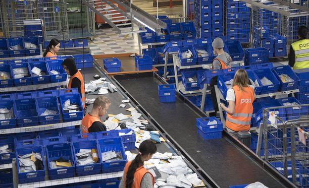 Asiantuntija arvioi, että Suomeen on saattanut saapua kymmeniätuhansia valepaketteja. Kuvituskuva.