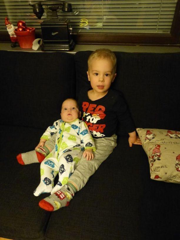 """""""Vauva sylkkiin, äiti ottaa kuvan"""", Peetu halusi vain pari päivää ennen kuolemaansa. Poseeraus Seela-sisko sylissä jäi Peetun viimeiseksi kuvaksi."""