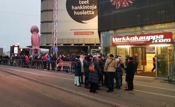 Black Friday -ostotapahtuma kerää väkeä paitsi tavarataloihin myös verkkokauppojen asiakkaiksi. Monen suomalaisenkin elektroniikkaliikkeen verkkokauppa kaatui asiakasmäärästä ostostapahtuman alkaessa. Verkkokauppa.comin myymälän jonossa ei moisista ongelmista tarvinnut stressata.