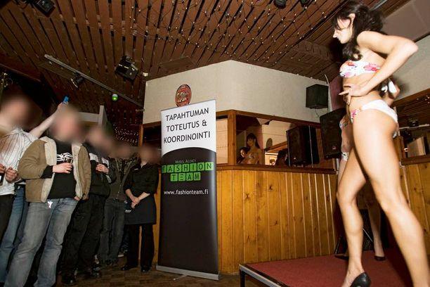 Missit joutuvat usein esiintymään ravintoloissa vähissä vaatteissa humalaisten miesten edessä.