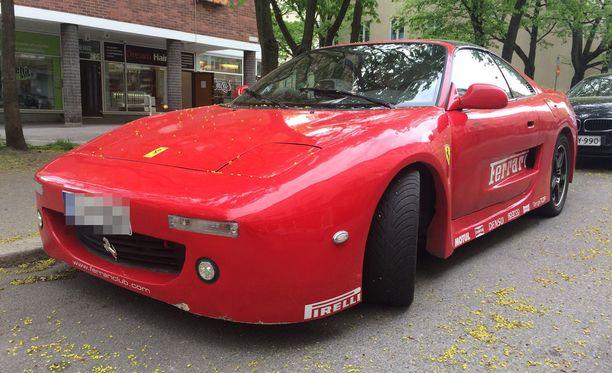 """Helsingissä nähty """"valeferrari"""" on ovelasti tuunattu muistuttamaan aitoa Ferraria. Autosta löytyy Ferrarin logot ja tekstit."""