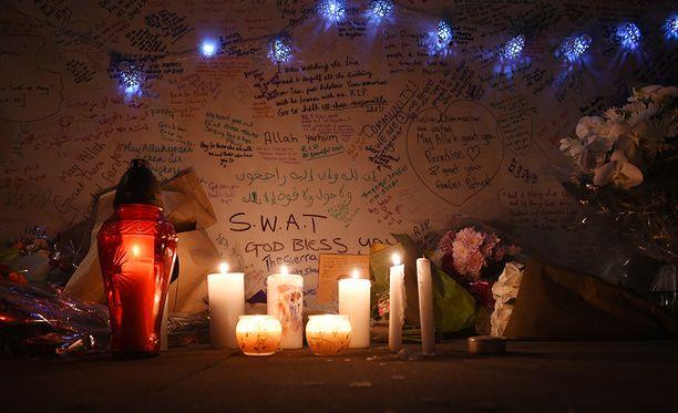 Uhreja muistetaan lähellä palopaikkaa.