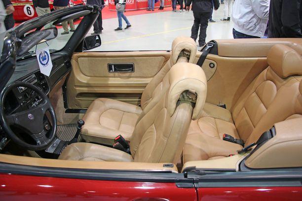 Yksi seitsemästä Suomessa valmistetusta ensimmäisestä Saab 900 Cabrioletista sai herkullisen matkustamon.