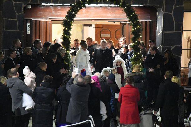 Parin hääjuhlaa vietettiin Rovaniemellä talvisissa tunnelmissa.