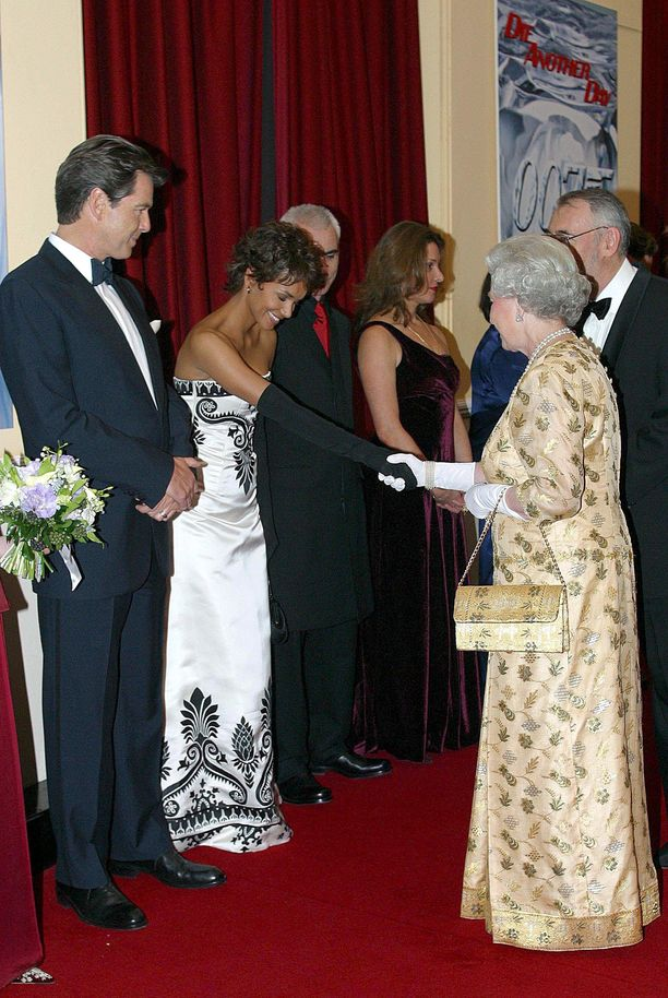 Näyttelijä Halle Berry tapasi kuningatar Elizabeth II:n mustiin, pitkiin käsineisiin pukeutuneena vuonna 2002.