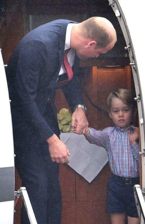 Prinssi William houkutteli poikaansa prinssi Georgea ulos lentokoneesta Varsovassa 17.7.2017.