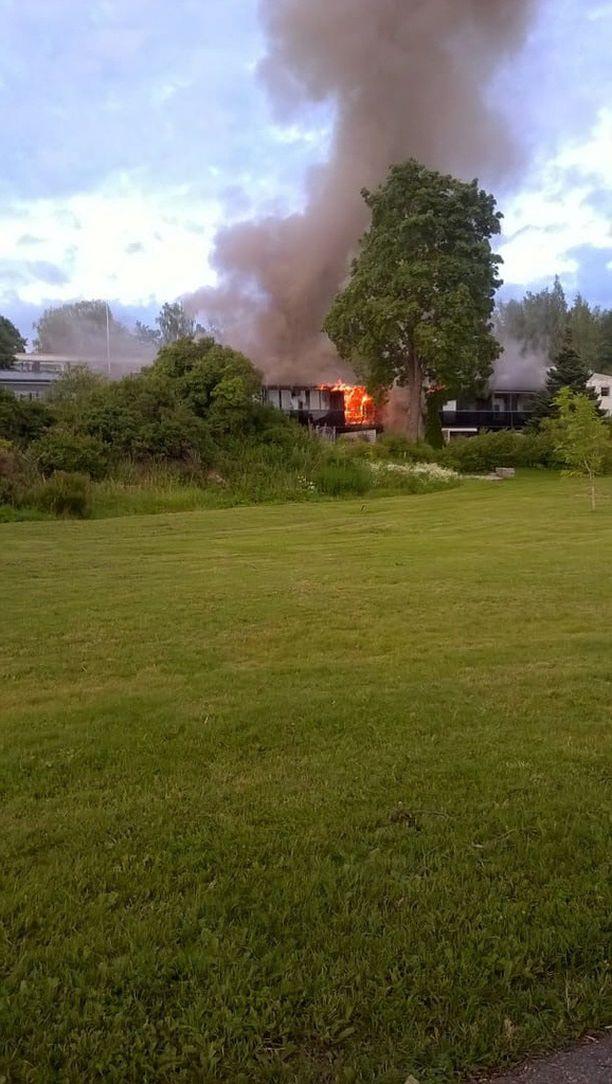 Liekeistä muodostuva savu näkyy kauas. Palopaikka sijaitsee Uudellamaalla sijaitsevan Vihdin keskustassa.