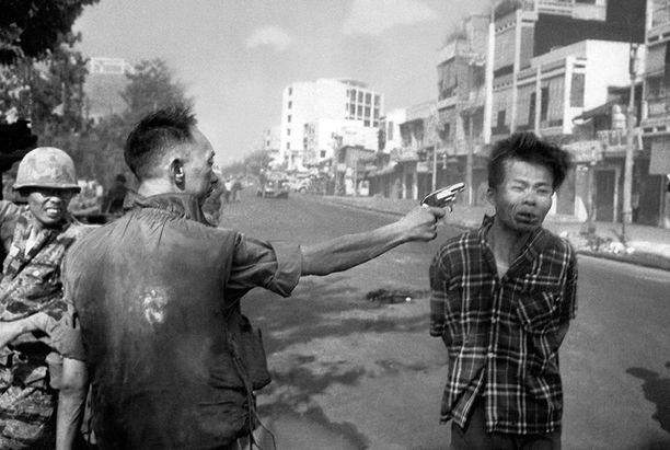 Kuvan nimi on Saigonin teloitus. Se muutti yleisen mielipiteen Yhdysvalloissa sodan vastaiseksi.