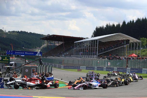 Max Verstappen jyräsi Kimi Räikkösen heti Belgian GP:n alkajaisiksi.