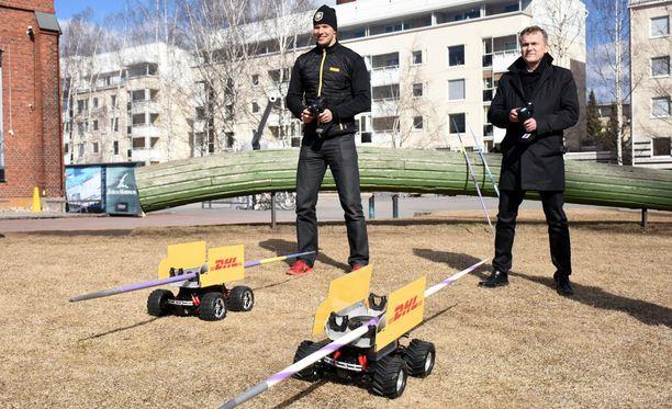 Tero Pitkämäki (vas.) kilpailee kesäkuussa Jari Salosen isännöimässä Paavo Nurmi Gamesissa Turussa. Keskiviikkona herrat kilpailivat keihästä kentällä kuljettavilla sähköautoilla.