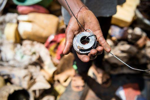Katulapset hankkivat ruokarahaa keräämällä metallia. He kiinnittävät magneetin narun päähän ja etsivät sen avulla roskakasoista metalliromua myytäväksi. Työ on raskasta ja palkaksi saa vain kolikoita. Isommat lapset ryöstävät usein pienempien saaliit.