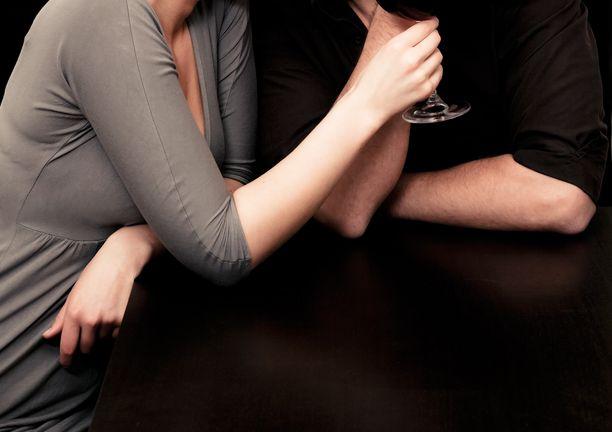 """Käräjäoikeuden saaman kuvan mukaan osapuolille muodostui illan aikana """"tuttavuutta läheisempi suhde"""". Kuvituskuva"""