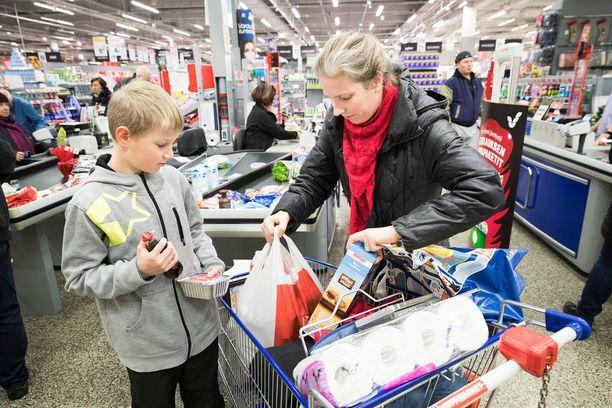 Sari Hartikainen ja Aaro Hartikainen kävivät joulun ruokaostoksilla Turtolan Citymarketissa Tampereella aatonaattona.