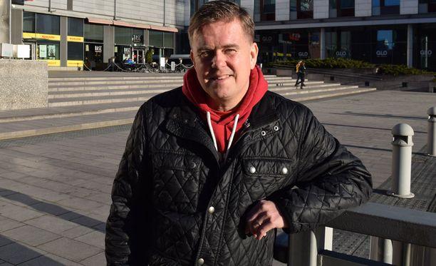 Mikko Innanen selostaa jalkapalloa Viasatilla.