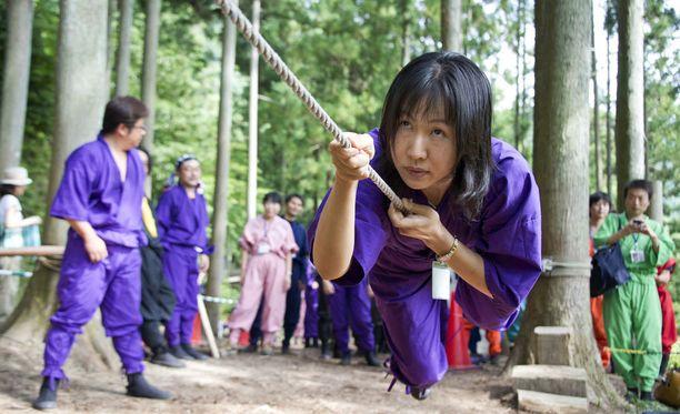 Turistit voivat kehittää ninjataitojaan ninjakeskuksen tehtäväradoilla Igassa.