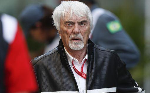 """F1-legenda Bernie Ecclestone, 89, ei suostu vaihtamaan pikkuvauvansa vaippoja: """"Sitä varten vaimot ovat"""""""