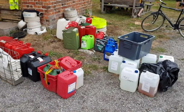 Pelastajat ovat saaneet Pyhärannan alueen asukkailta ja yrityksiltä muun muassa vettä ja polttoainetta.