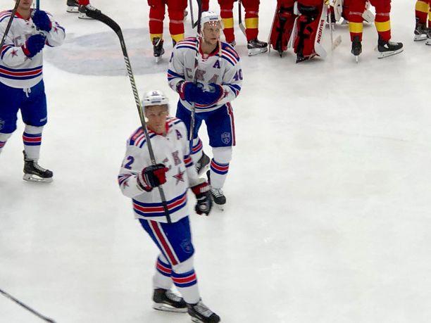 Jori Lehterä poistui maila pystyssä Vantaan Trio Areenan jäältä SKA:n kaadettua Jokerit 2-1.