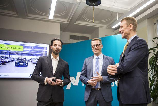 Kamuxin toimitusjohtaja Juha Kalliokoski (keskellä) myi listautumisannissa 994 500 osaketta. 7,20 euron kurssilla Kalliokoski tekee vajaan 7,2 miljoonan euron tilin.