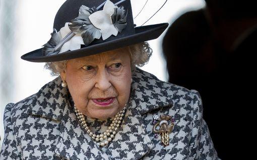 Kuningatar Elisabet suree perheensä tuoreinta avioeroa – brittihovilla raju alkuvuosi
