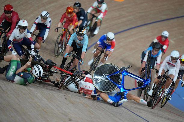 Viimeistä edellisellä kierroksella rytisi isosti. Kuvan vasemmassa laidassa Iso-Britannian Laura Kenny menettää juuri ajokkinsa hallinnan.