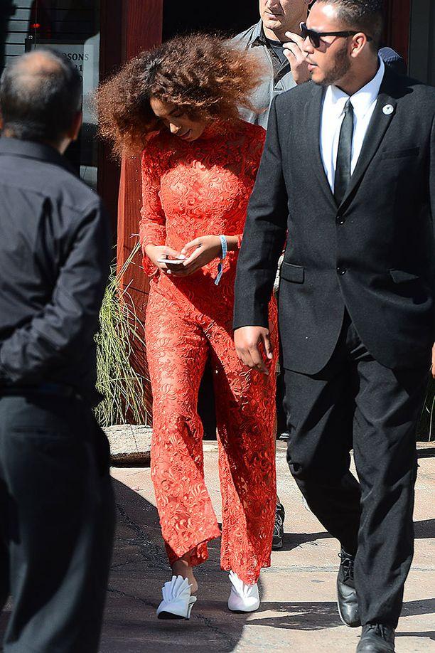 Solange Knowlesin punainen pitsihaalari on hurmaava.