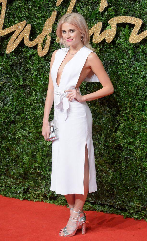 Pixie Lottin mekko oli yksi illan rohkeimmista: se paljasti sekä kyljet että selän.