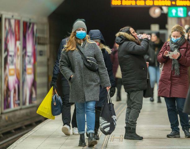 Kasvomaskisuositus koskee Tukholmassa kaikkea joukkoliikennettä, mutta koko Ruotsissa vain ruuhka-aikaa.