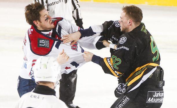 HIFK:n Matt Generous ja Ilveksen Brett Bulmer tappelivat lauantaina Tampereen ulkoilmaottelussa.