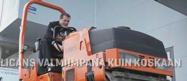 Kai Suikkanen pääsee videossa katujyrän ohjaimiin.