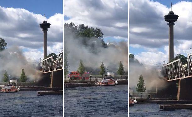 Särkänniemen läheiselta sillalta nousee sankka savu.