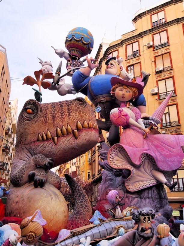 Korkeat patsaat poltetaan maan tasalle karnevaalin viimeisenä päivänä.