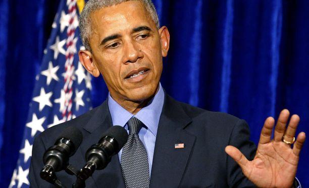 Barack Obama kritisoi voimakkaasti Donald Trumpia.