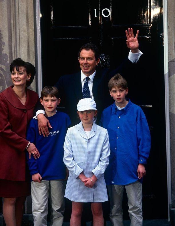 2.5.1997. Tuore pääministeri perheensä kanssa virka-asunnon ovella Downing Street 10:ssä.