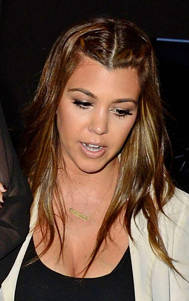 Kourtney Kardashian kieputti etuhiuksensa hauskasti taakse.