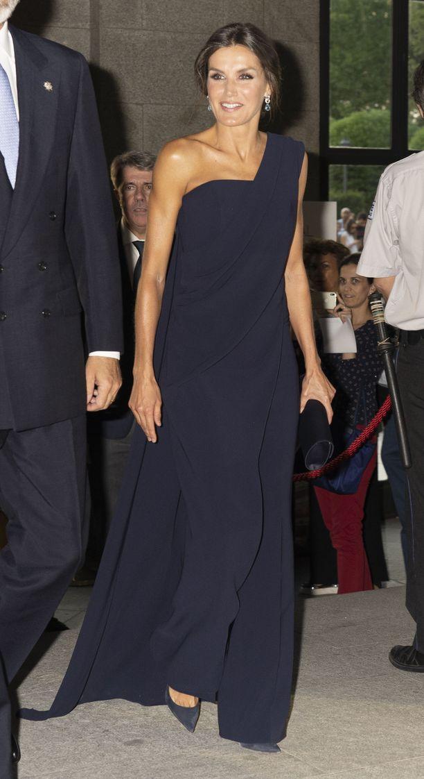 Kun on aika juhlia, Letizia luottaa graafiseen ja näyttävään! Fausto-näytelmän ensi-illassa Madridissa syyskuussa 2018 Letizia pukeutui espanjalaisen suunnittelijan Pedro del Hierron tummansiniseen, viittamaiseen haalariin.