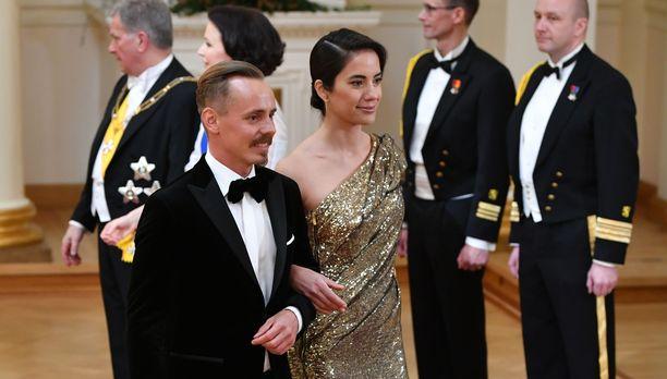 Jasper Pääkkönen ja Alexandra Escat olivat yksi Linnan juhlien kuvatuimmista pareista.