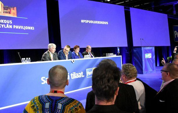 Perussuomalaisten lyhytaikainen varapuheenjohtaja, kelta-siniseen paitaan pukeutunut Sebastian Tynkkynen marssitti nuoria kokousedustajia puheenjohtajana toimineen Toimi Kankaanniemen luo vaatimaan puheenvuoroa.