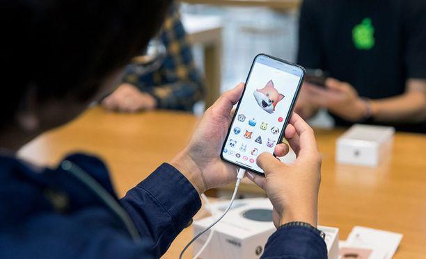 Ihmiset ympäri Suomea ovat jonottaneet uutta Iphonea. Kuvituskuva.