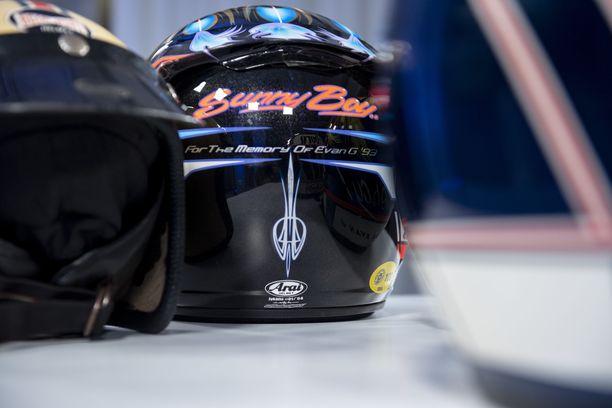Le Mans -voittokypärän kunnianosoitus JJ Lehdon ystävälle.