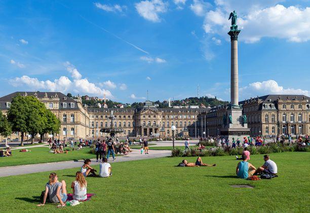 Neues Schloss -palatsi ja Schlossplatz-aukio, joka on suosittu paikka viettää vapaa-aikaa.