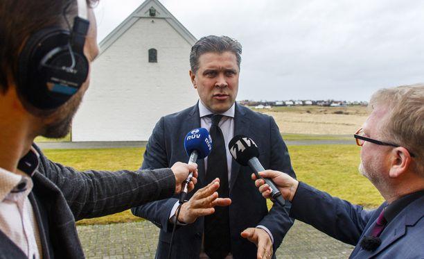 Islannin pääministeri Bjarni Benediktsson on joutunut tukalaan tilanteeseen isänsä takia.