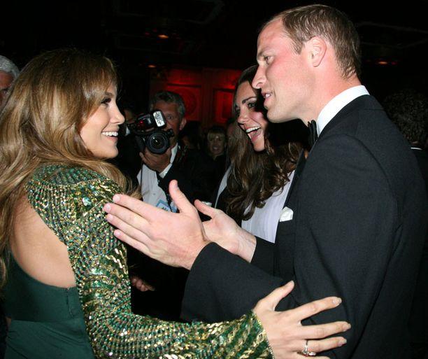 Prinssi William ja Jennifer Lopez tervehtivät kuin vanhat ystävät konsanaan.