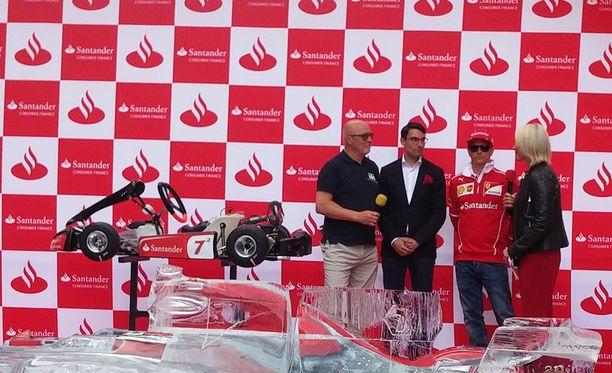 AKK-Motorsportin toimitusjohtaja Tatu Lehmuskallio (vas.) vastaanotti järjestön nuorisohankkeelle kartingauton, jonka luovuttivat Santander Consumer Financen toimitusjohtaja Peter Sjöberg (kesk.) ja Kimi Räikkönen.