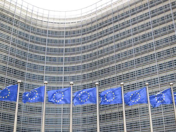EU-liput hulmusivat EU-komission päärakennuksen Berlaymontin edessä kesäkuussa 2015.